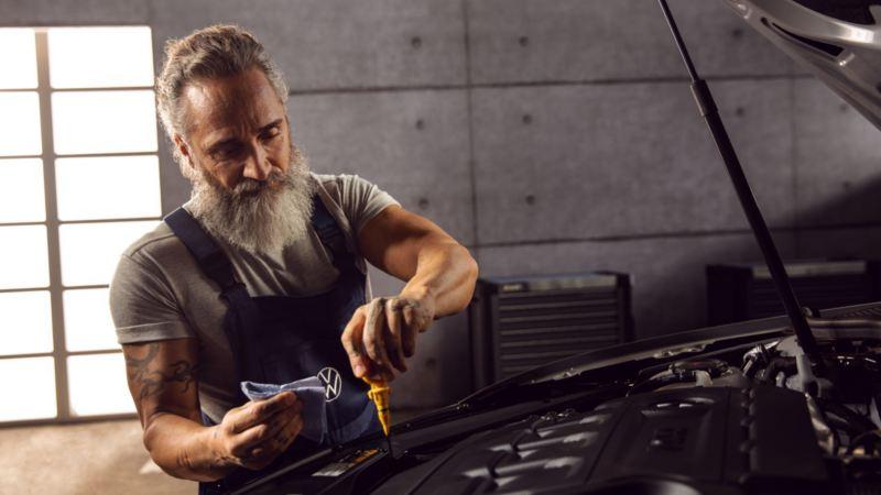 Mecánico chequeando el nivel de aceite de un Volkswagen