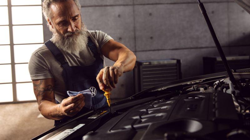 Mecánico revisando el nivel de aceite de un Volkswagen