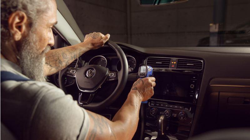 Mecánico revisando el puesto de conducción de un Volkswagen