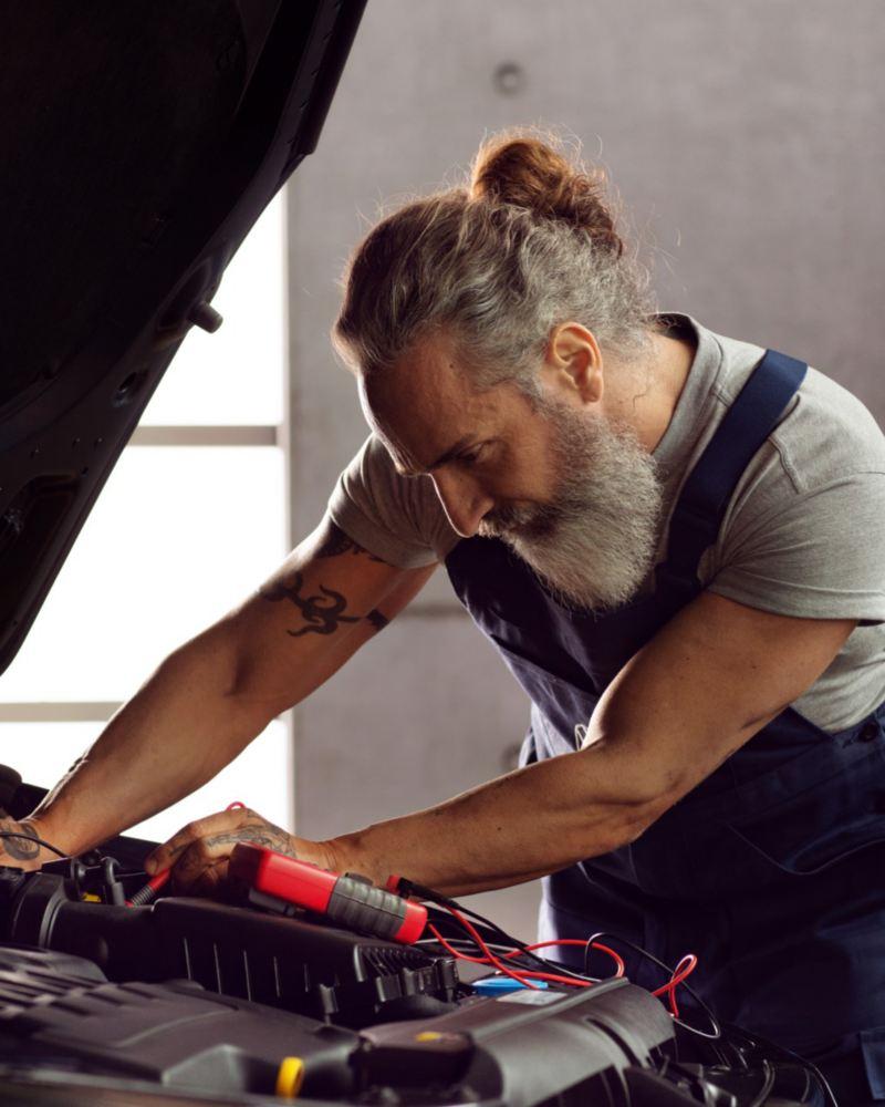 Mecánico revisando la batería de un Volkswagen