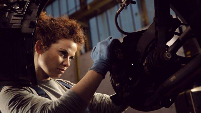 Mecánica revisando las pastillas de freno de un Volkswagen