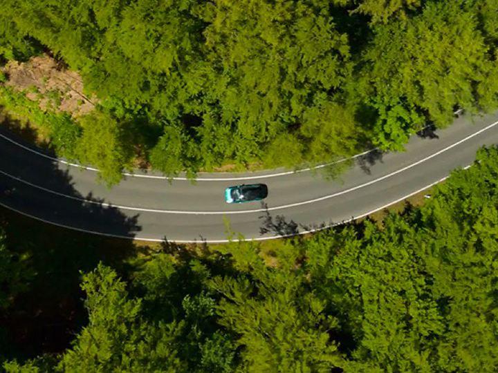 Plano cenital de un bosque con el logo sobreimpreso Way to zero de Volkswagen