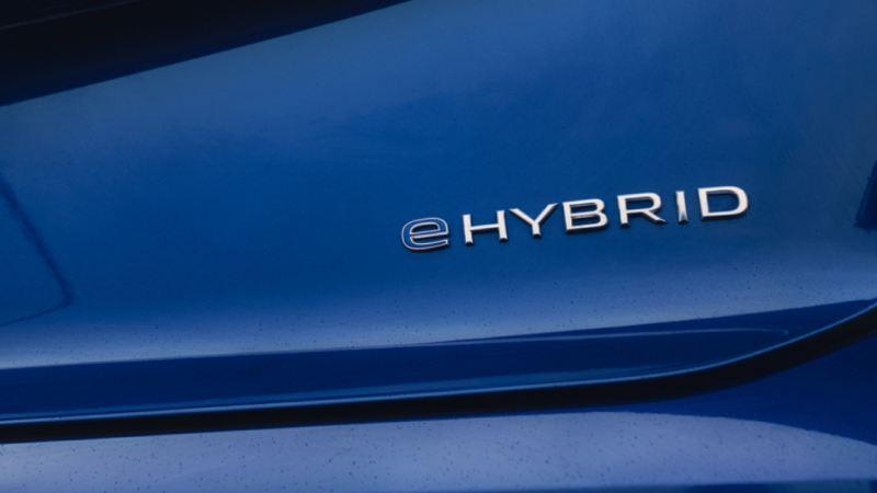 Detalle del logo eHybrid en el Volkswagen Touareg R