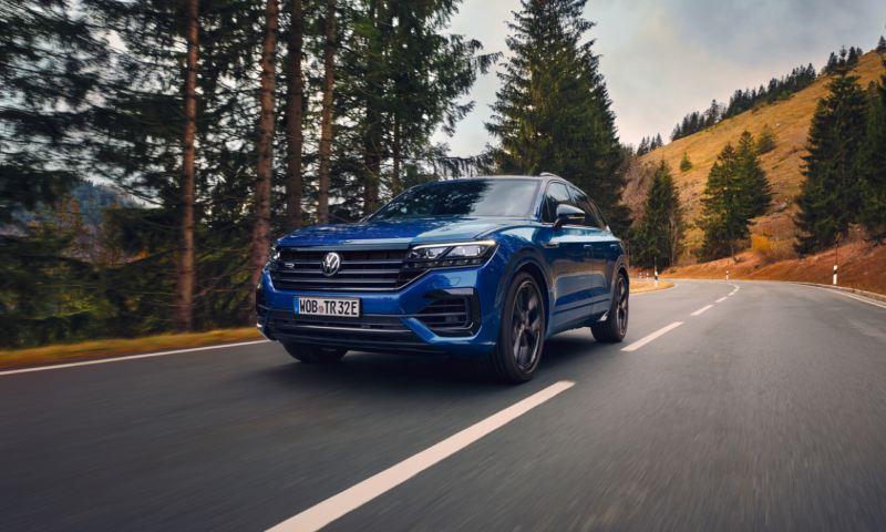 Volkswagen Touareg R azul visto desde adelante circulando por una carretera de montaña