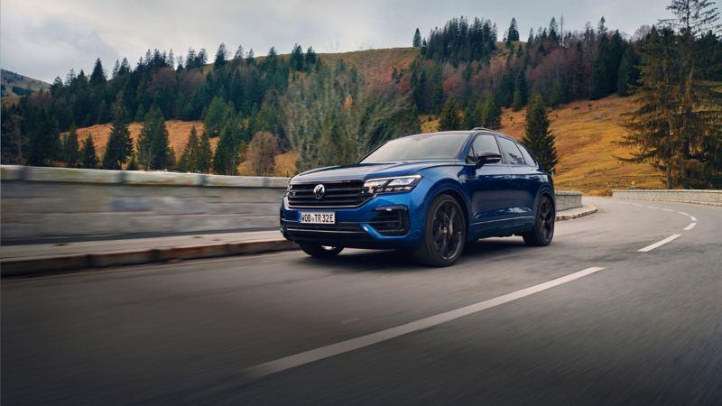 Volkswagen Touareg R azul visto de frente circulando por una carretera de montaña
