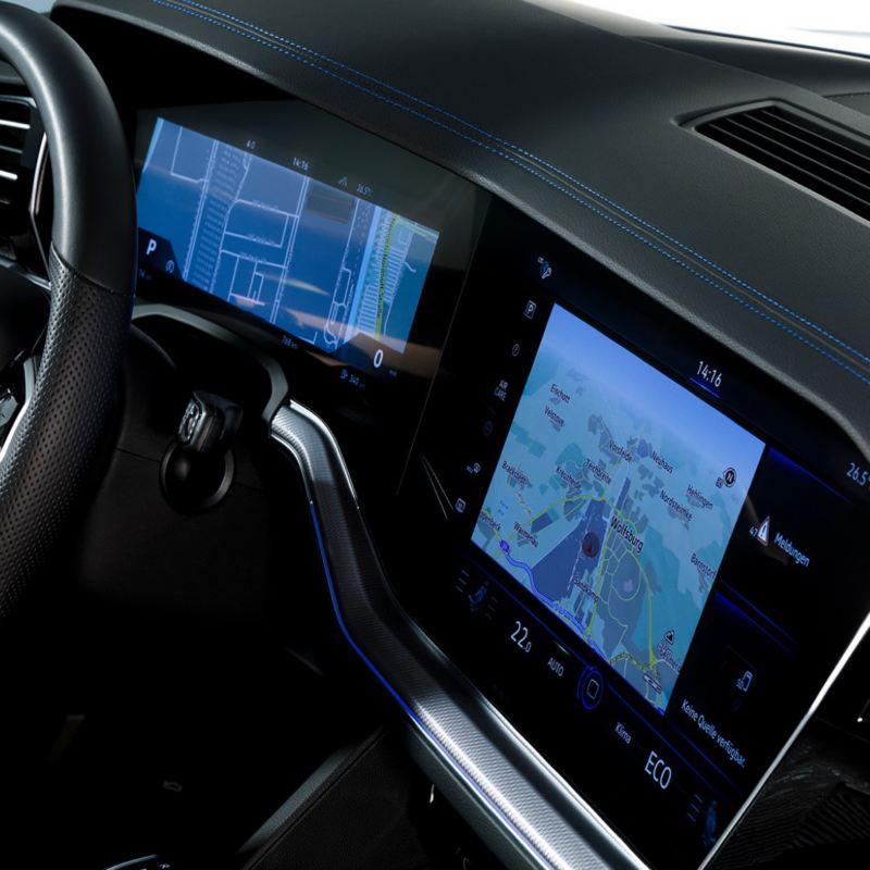 Detalle de las pantallas del salpicadero de un Volkswagen Touareg R