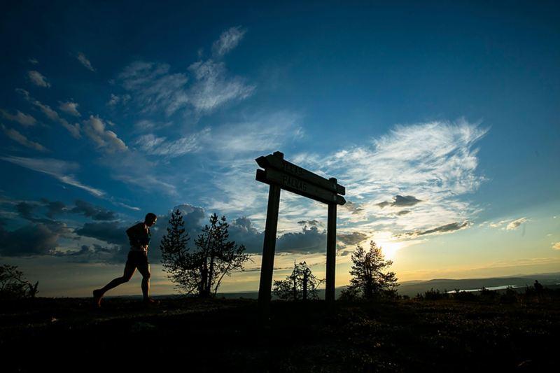 Ultralöpare i soluppgången i Yllesjärvi. Foto: Aapo Laiho
