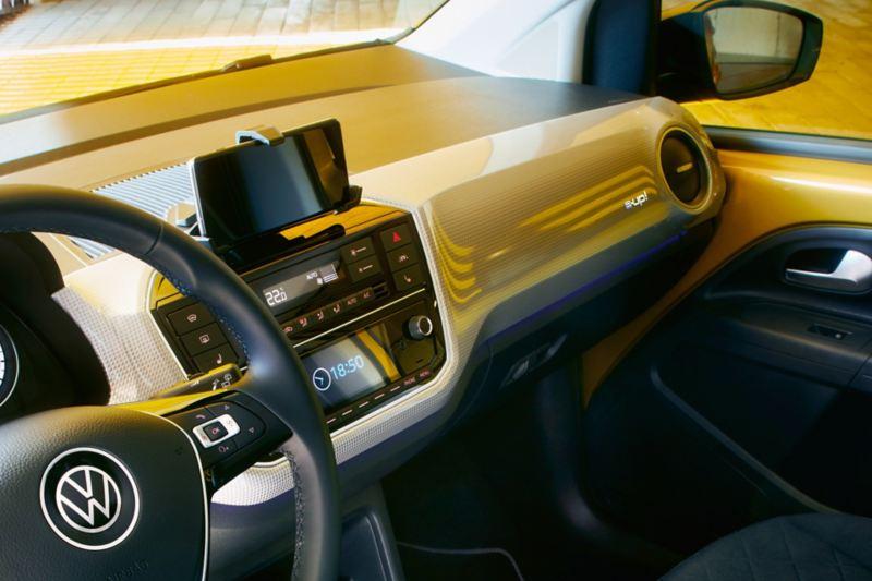 Particolare infotainment con cellulare inserito in maps+more dock Interni e-up! Volkswagen