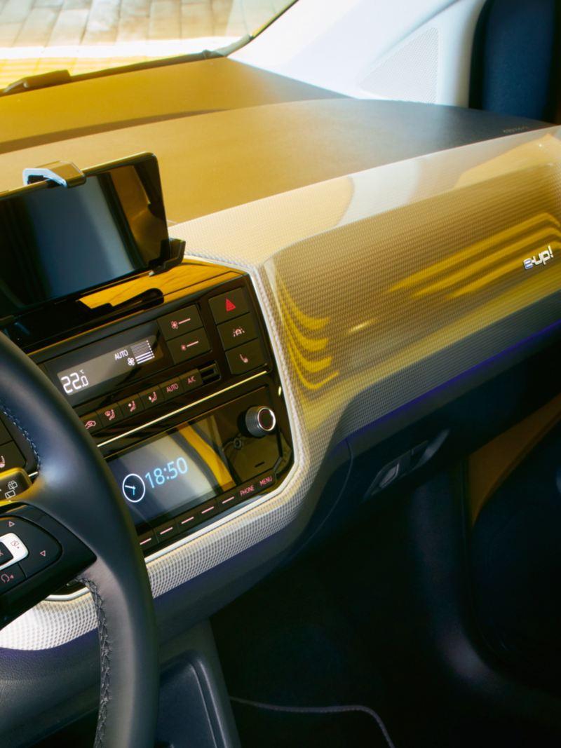 Particolare infotainment con smartphone inserito nella docking station nel cockpit di Nuova e-up!  Volkswagen