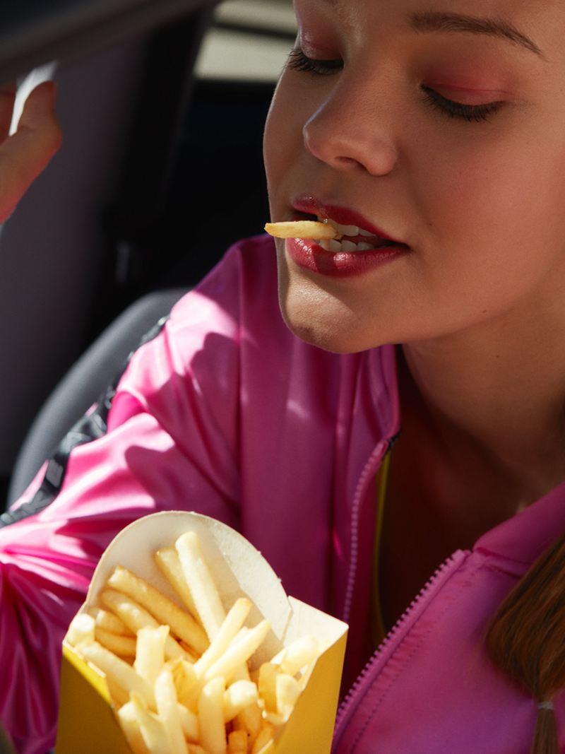 VW-up! UNITED Frau isst Pommes im Auto