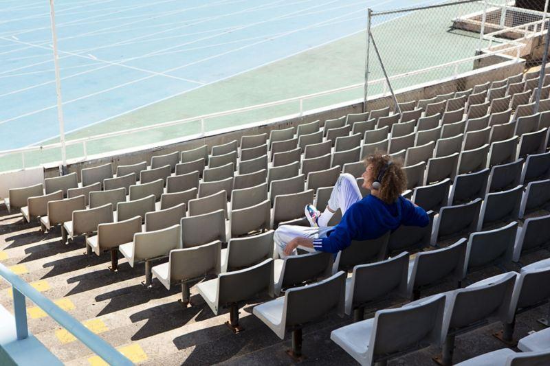Mann auf Stadionsitzen