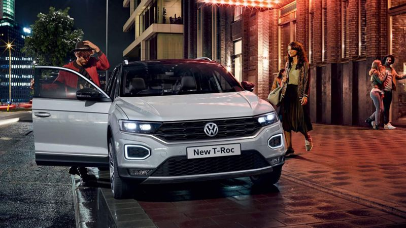 A couple getting inside of a T-Roc