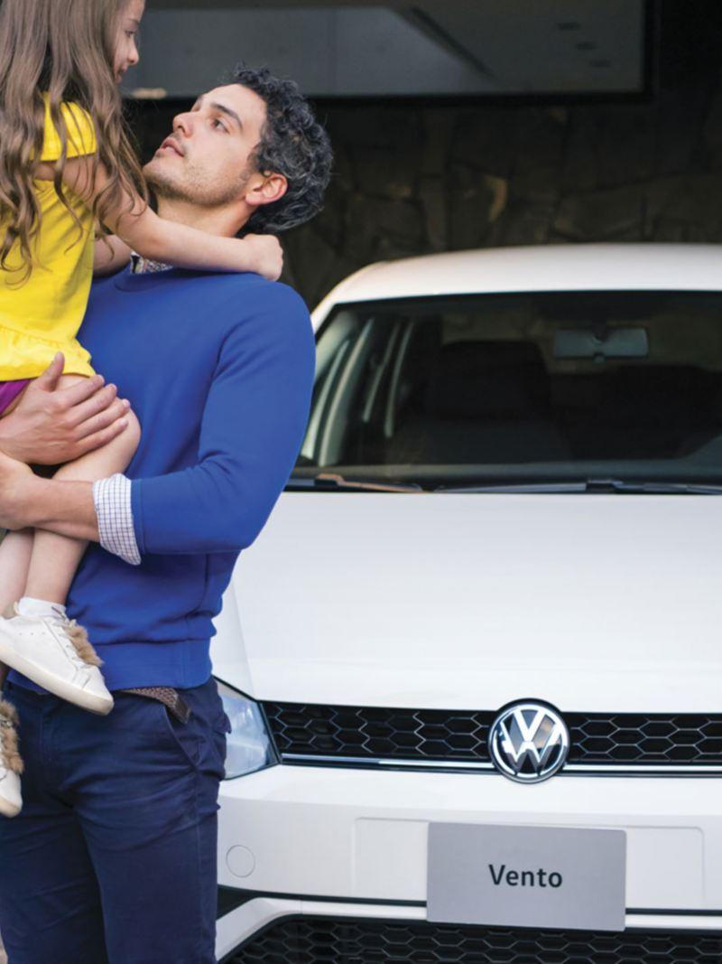 Padre e hija fente a Vento 2020, el auto sedán de Volkswagen ideal para familias