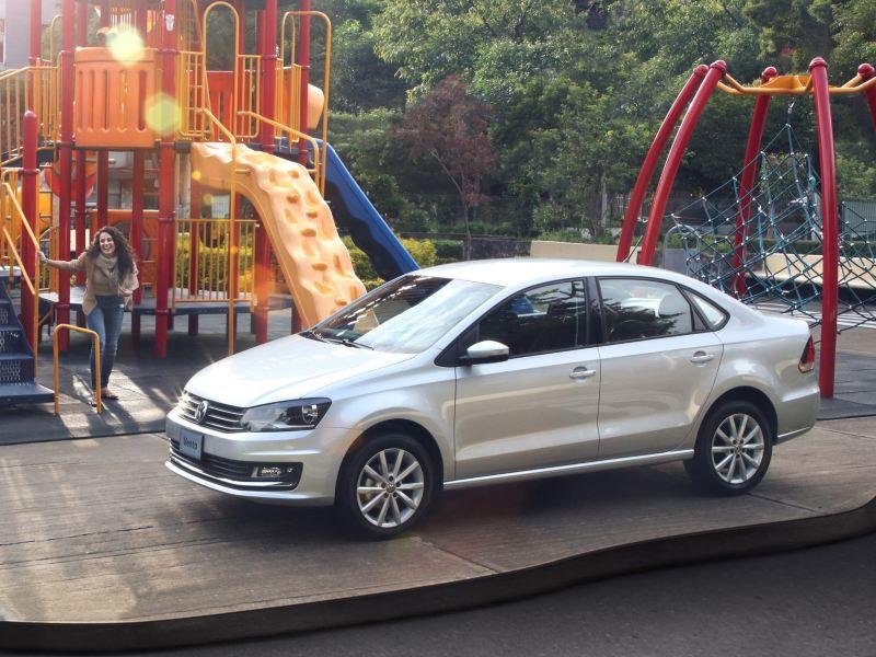 Vento, el carro seguro de Volkswagen estacionado al costado de zona de juegos