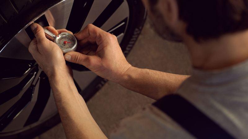 Cómo medir el control de la presión de neumáticas de los carros Volkswagen