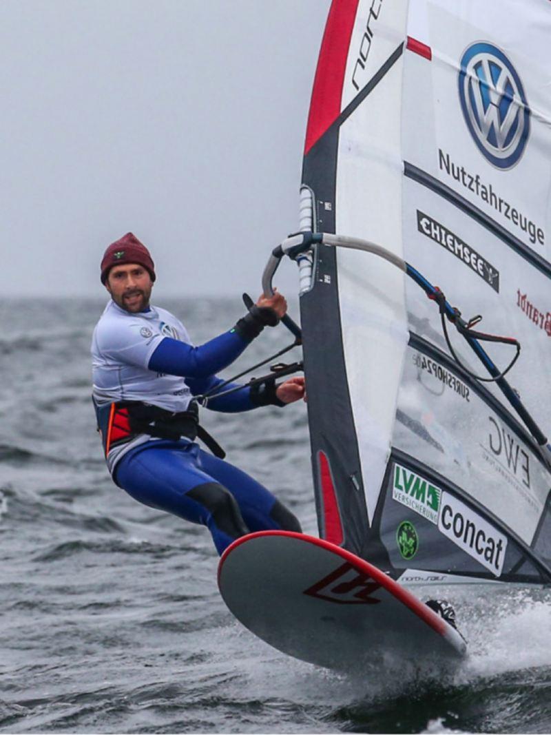 Volkswagen Nutfahrzeuge Markenbotschafter Vincent Langer beim Surfen.