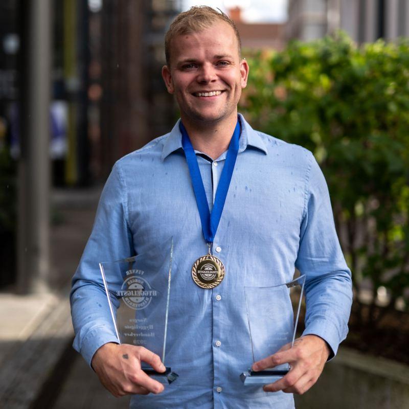 Bildet viser vinneren Alexander Nygaard-Andersen av kåringen Norges Hyggeligste Håndverker for 2020