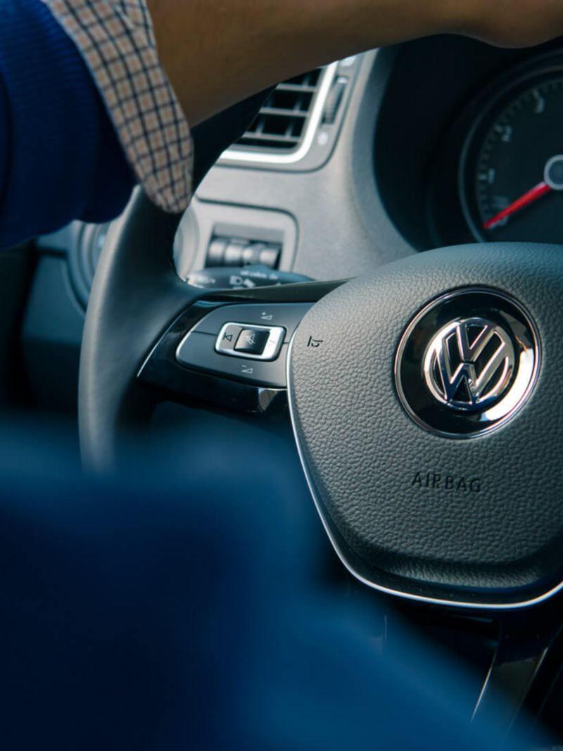 Volante multifunciones en piel presente en Vento 2021 de Volkswagen, carro sedán