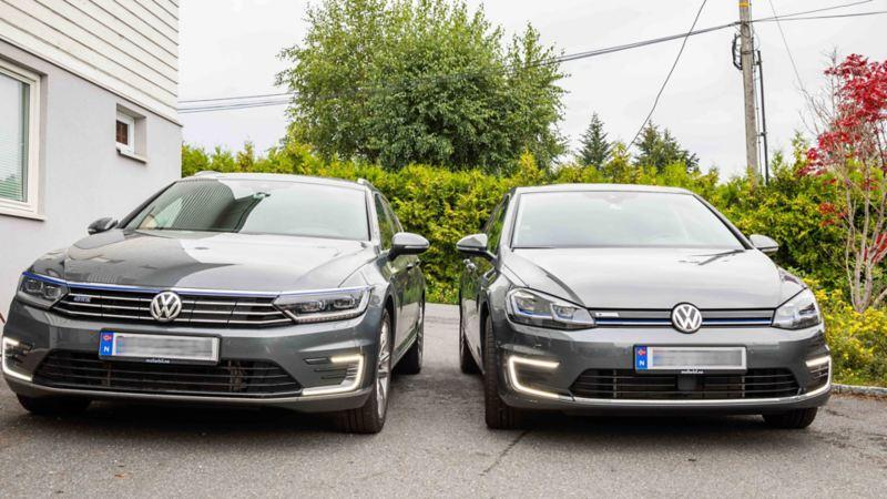 Volkswagen Passat GTE ladbar hybrid og Volkswagen e-Golf parkert ved siden av hverandre