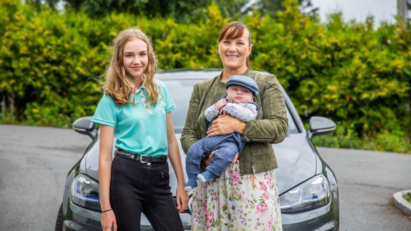 Datter og mor står foran Volkswagen e-Golf elbil