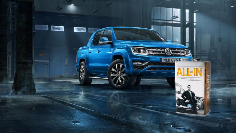 Volkswagen All-in och en blå Amarok pickup