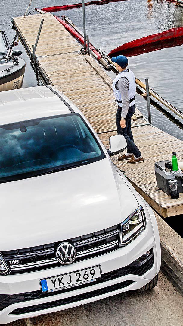 Volkswagen Amarok Comfortline drar upp båt.