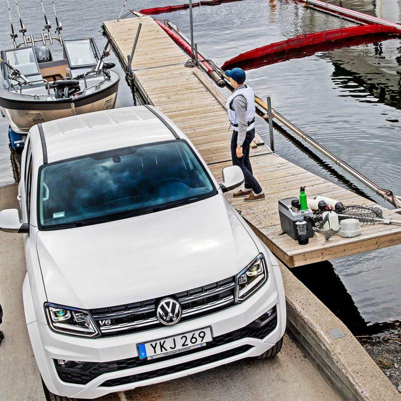 VW Amarok drar upp båt