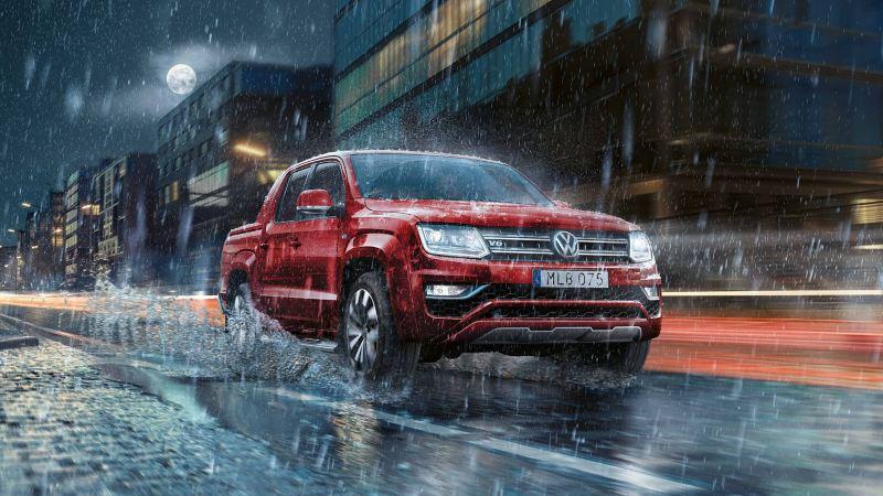 Volkswagen Amarok pickup röd i regn