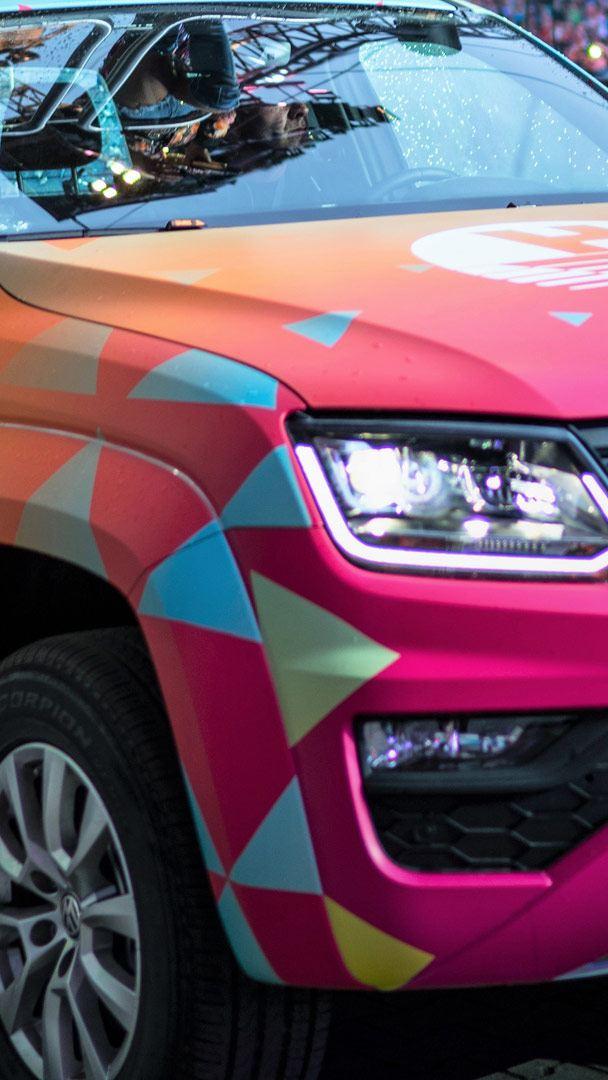 En rosa, specialbyggd Volkswagen Amarok fungerar som förllängning av scenen.