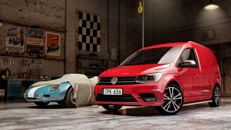Volkswagen Caddy R Edition bredvid racerbil