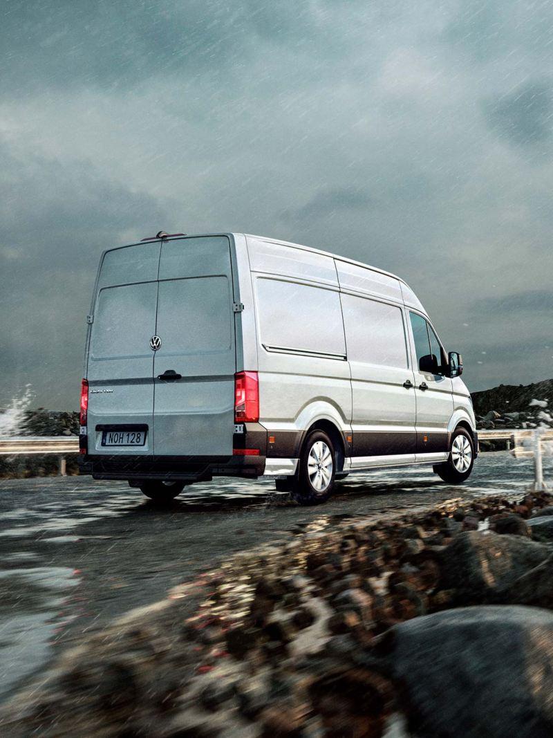 VW Crafter lätt lastbil bakifrån vid havet