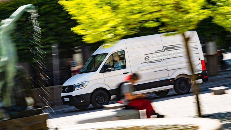 En av fem förseriebilar som kommer rulla i Sverige under en testperiod av nya e-Crafter
