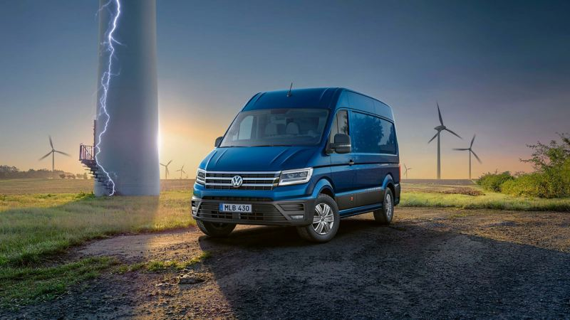 VW e-Crafter lätt lastbil elbil vid ett vindkraftverk