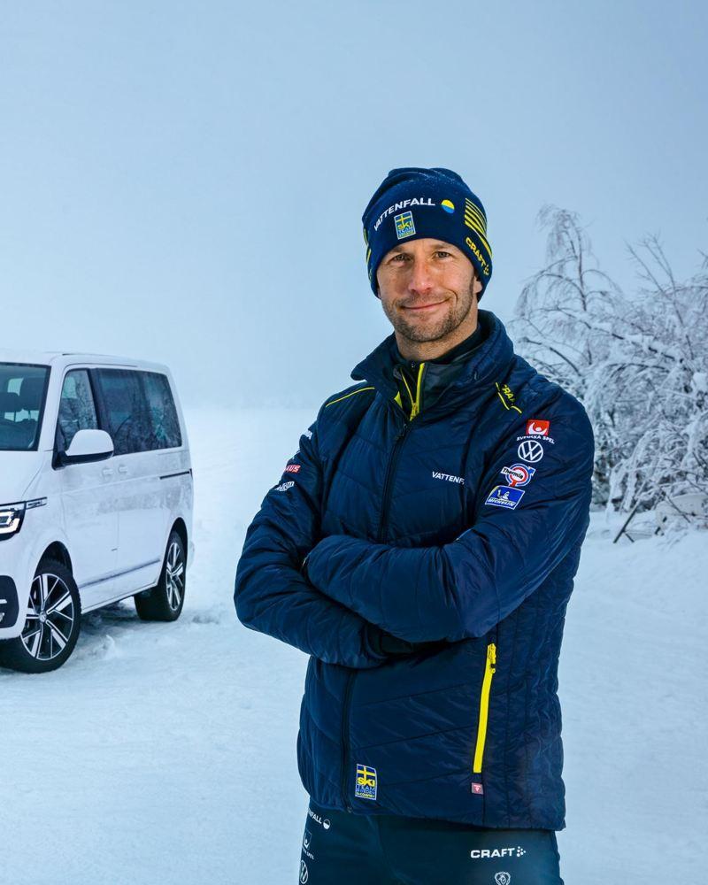 Anders Södergren framför en VW Multivan