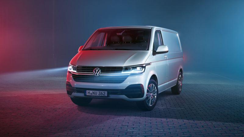 En vit Volkswagen Transporter skåpbil