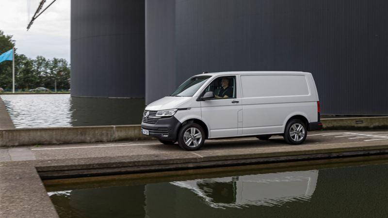 Nya Volkswagen Transporter Skåp T6.1 vid vattencistern