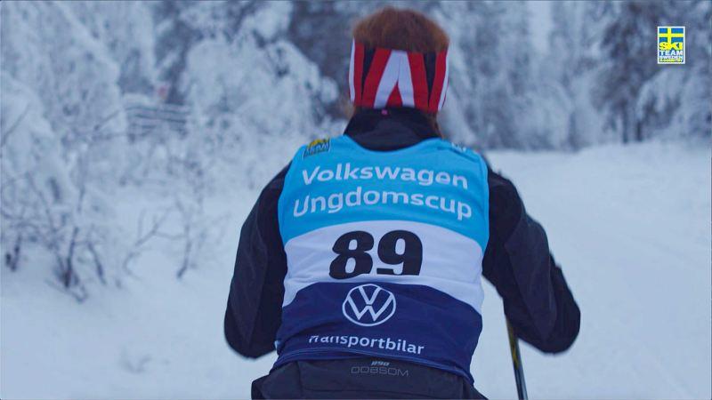 Ung längdskidåkare åker skidor i Volkswagen Ungdomscup