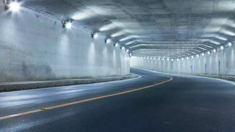 Vue intérieure d'un tunnel souterrain éclairé