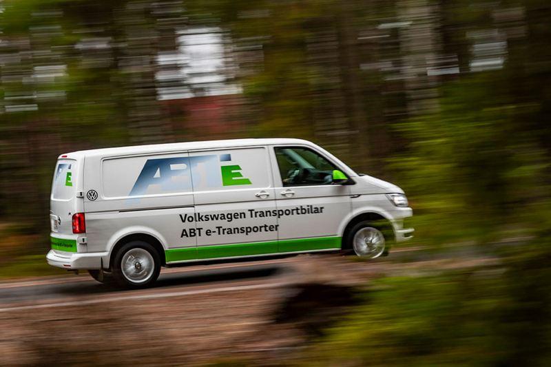 Volkswagen transportbilar ABT e-Transporter från sidan i skogen