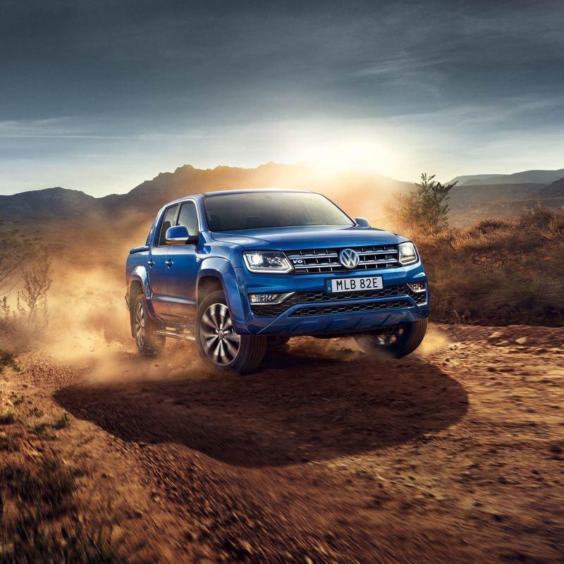 Blå VW Amarok pickup på savannen