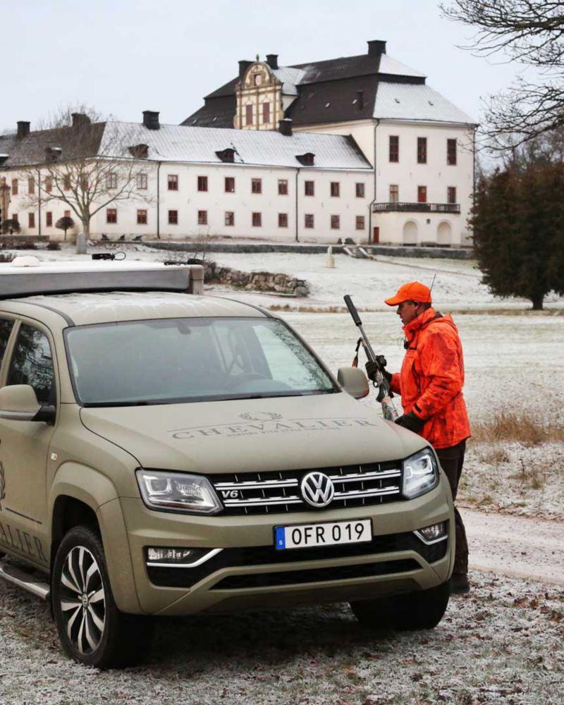 Specialbyggd Amarok framför Tidö Slott i Västerås - i samarbete med Chevalier och jägarkåren