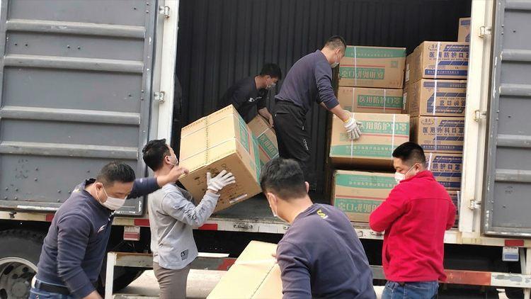 Empleados de Grupo Volkswagen con donativos para apoyo por contingencia de COVID-19