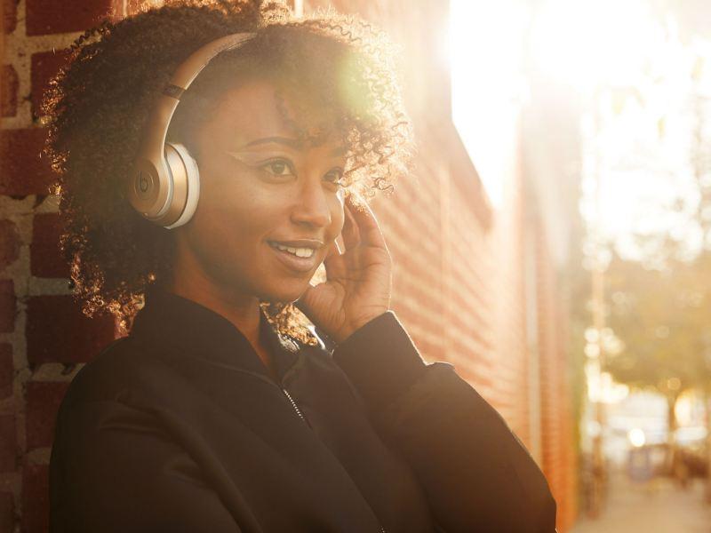 femme écoutant de la musique Volkswagen Véhicules Utilitaires