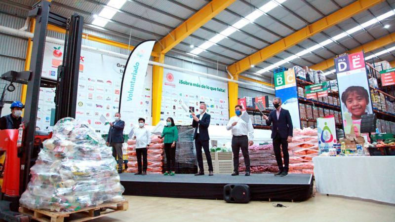 Trabajadores de VW México con donativos de despensa para familias de Puebla y Guanajuato