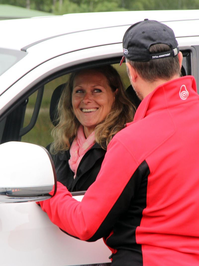 Glad kvinna i Blue Driving & Safety förarutbildning