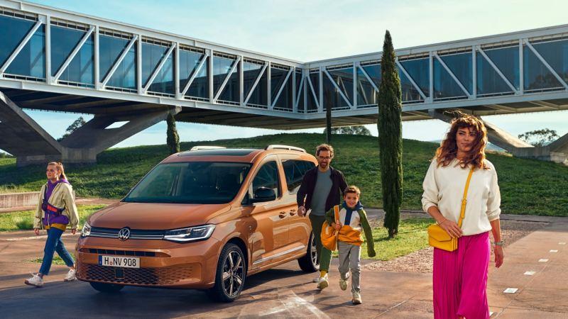 Nya VW Caddy Personbil med en glad familj