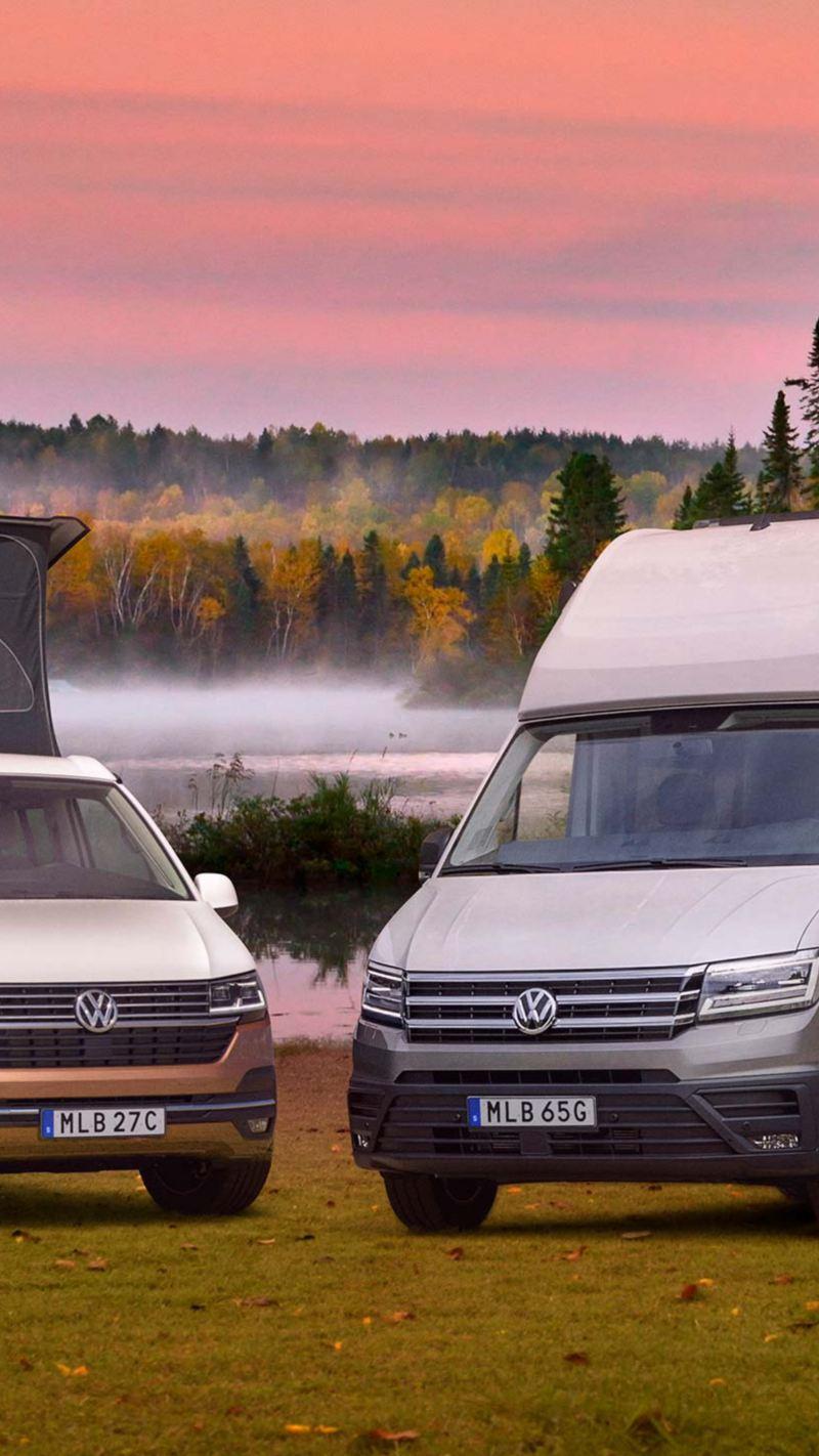VW California och Grand California uppställda framför en sjö