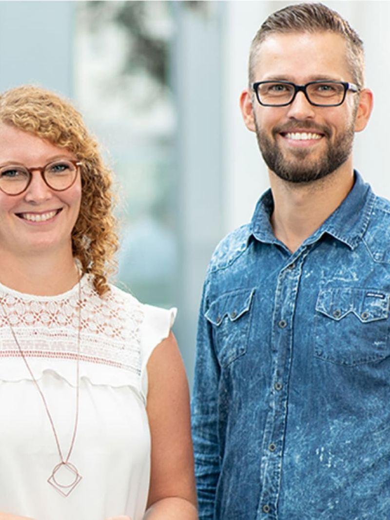 Ein Mann und eine Frau lächeln.