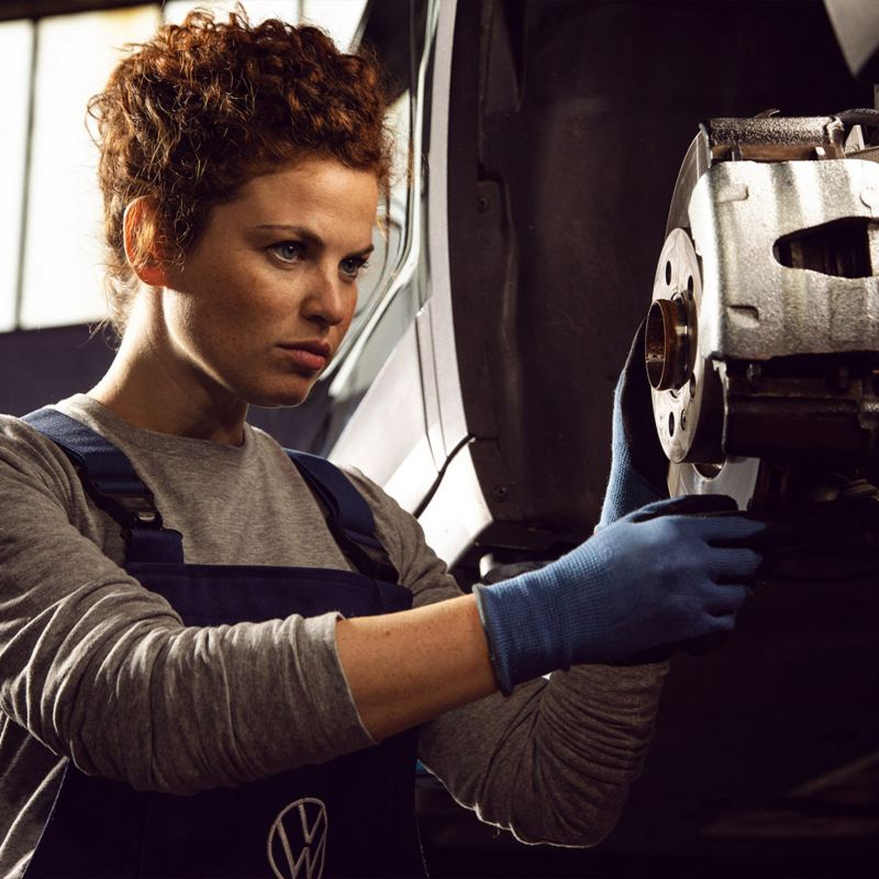 Agenda tu cita de Servicio VW - Automóvil recibiendo mantenimiento automotriz en taller Volkswagen