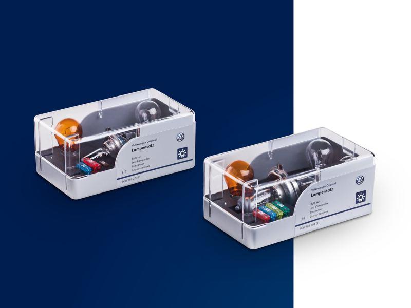 Zwei Verpackungen mit Lampensätzen und Sicherungen.